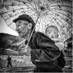 An infant on his grandad's shoulders in Yunnan's countryside in southern China. Retrieved from: https://goo.gl/e820la